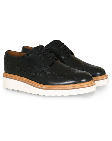 Grenson Archie Brogue Derby Wedge Sole Black Calf i gruppen Sko / Brogues hos Care of Carl (14257911r)