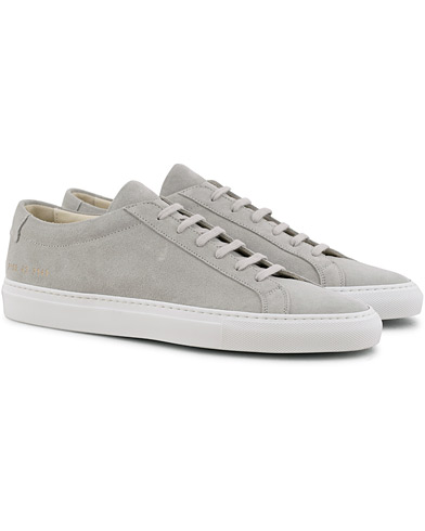 Common Projects Original Achilles Sneaker Light Grey Suede i gruppen Sko / Sneakers / Sneakers med lavt skaft hos Care of Carl (15654411r)
