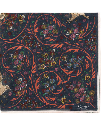 Drake's Cotton/Modal Birds & Flowers Pocket Square Navy  i gruppen Assesoarer / Lommetørklær hos Care of Carl (15773910)