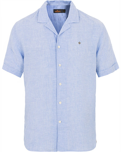 Morris Harper Camp Collar Linen Short Sleeve Shirt Light Blue i gruppen Klær / Skjorter / Casual hos Care of Carl (16018711r)