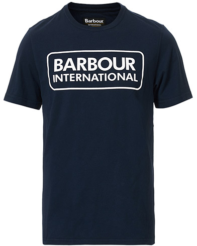 Barbour International Large Logo Crew Neck Tee Navy i gruppen Klær / T-Shirts / Kortermede t-shirts hos Care of Carl (16235411r)