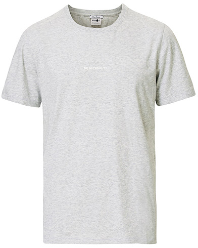NN07 Ethan Printed Crew Neck Tee Light Grey Melange i gruppen Klær / T-Shirts / Kortermede t-shirts hos Care of Carl (16257811r)