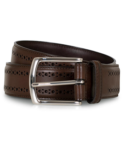 Allen Edmonds Manistee Brogue Belt Dark Brown Calf i gruppen Assesoarer / Belter hos Care of Carl (16667611r)