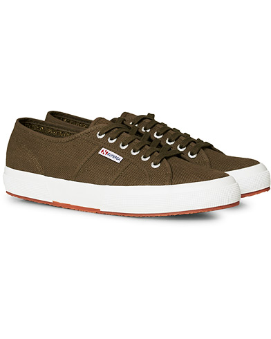 Superga Canvas Sneaker Military Green i gruppen Sko / Sneakers hos Care of Carl (17066411r)